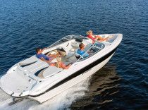 Stingray 225RX – The new Stingray 225RX Rally Boat looks fast, even when it is idling.